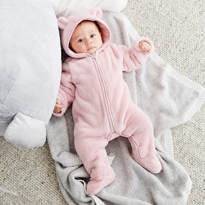 Hãy mặc cho trẻ nhiều lớp quần áo mỏng thay vì ít lớp quần áo dày (Ảnh minh họa).