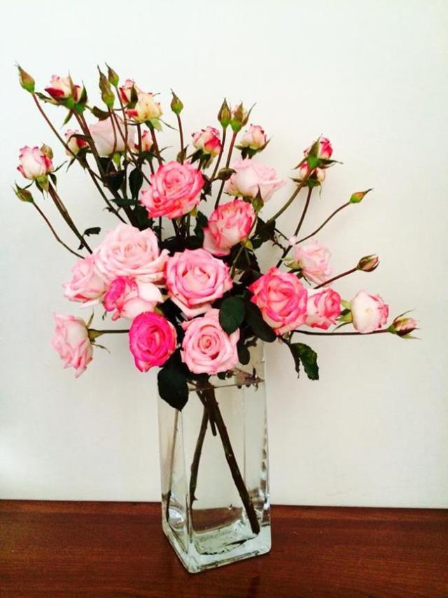 Với một chiếc lọ cao và bó hoa bao gồm cả nụ, bạn có thể cắm tạo dáng như thế này.