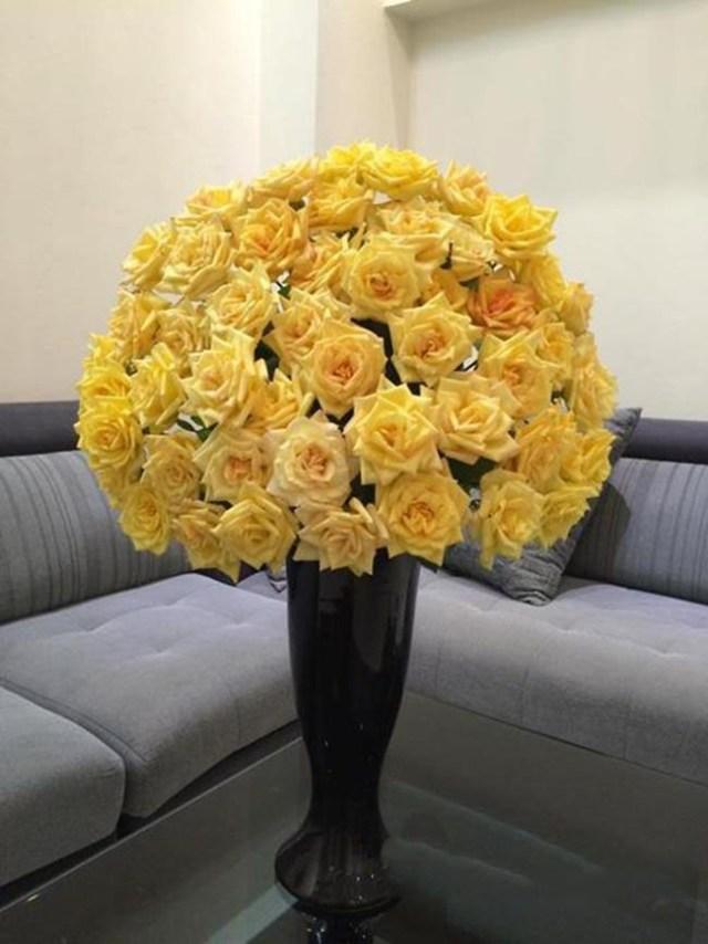 Tuy nhiên, đối với loại hoa hồng bông nở to, chị em có thể cắm khít nhau tạo thành hình quả địa cầu sẽ giúp thu hút sự chú ý hơn.