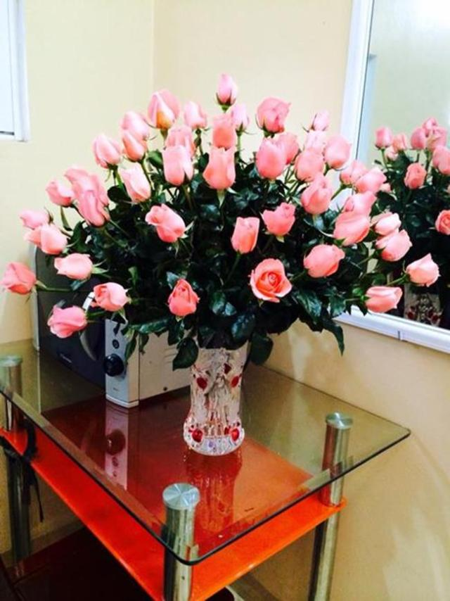 Hoa hồng có nhiều loại khác nhau, vì thế cần lựa chọn những cách cắm phù hợp cho từng loại, từng màu sắc để tạo nên sức quyến rũ riêng. Đây là cách cắm phổ biến nhất, cắm thưa xen kẽ cao thấp tạo vòm.
