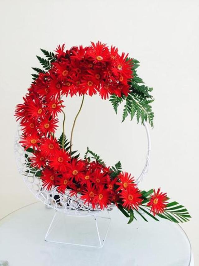 Với kiểu cắm hoa không có nước này, bạn lưu ý dùng bình xịt nước phun nhẹ nhàng lên hoa để giúp hoa tươi lâu hơn.