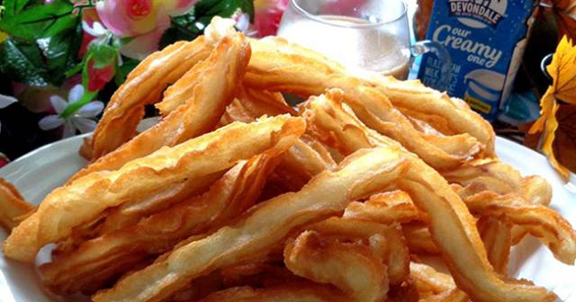 Để trên giấy thấm dầu đến khi khoai lang nguội và giòn tan, bạn sẽ có những thanh khoai lang chiên thơm phức béo ngậy, ngon tuyệt.