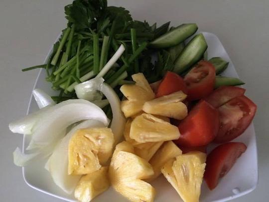 Cà chua, dưa leo, khóm, hành tây cắt miếng vừa ăn (Ảnh: Người lao động)