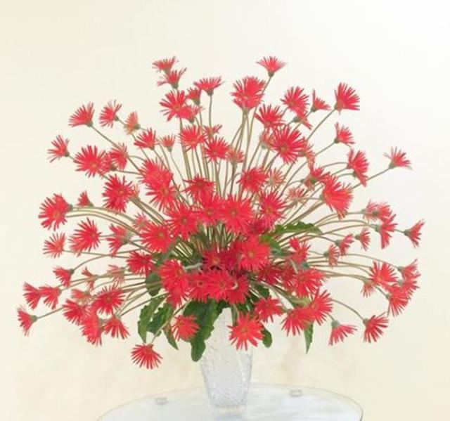 """Một kiểu cắm hoa """"phật nghìn tay"""" tạo sự sum xuê, rộng lớn, thích hợp đặt trong phòng khách của những gia đình yêu thích sự đổi mới, rộng mở, phóng khoáng."""