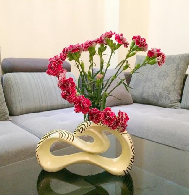 Để không bị đơn điệu, bạn có thể chọn mẫu lọ khác với những lọ vuôn hay tròn thông thường. Đây cũng là một cách tạo dáng đẹp hơn cho hoa.