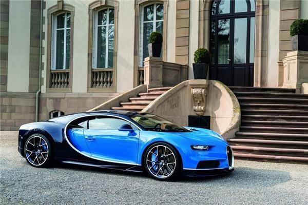Bugatti Chiron sở hữu động cơ W16, dung tích 8.0 lít, sản sinh công suất 1.500 mã lực, mô men xoắn cực đại 1.600 Nm. Sức mạnh này giúp Chiron tăng tốc từ 0 - 100 km/giờ trong 2,5 giây.