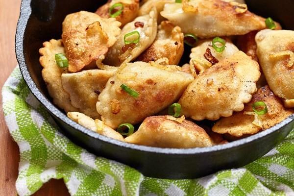 Bánh Pierogi thường được hấp hoặc chiên giòn.