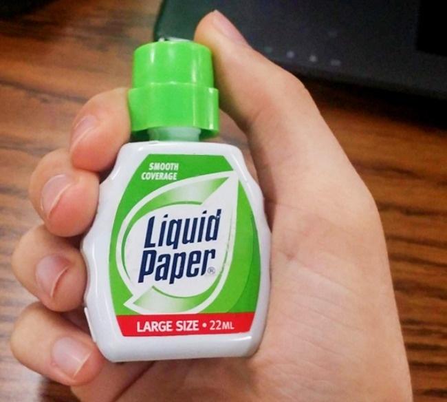 Liquid Paper là cách gọi của người Mỹ về bút xóa, một loại bút giúp bạn khắc phục những sai sót trên văn bản. Ngày nay, loại chất này đã được sử dụng đa năng hơn, bạn có thể dùng nó để vẽ và tạo ra các sản phẩm thủ công. Thành phần của liquid paper bao gồm dung môi naptha, rượu mạnh, chất phân tán và nước hoa. Chúng tạo nên một hợp chất khá đắt tiền.