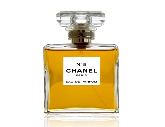 Chanel là thương hiệu nước hoa huyền thoại của thế giới. Được bán ra lần đầu tiên vào năm 1922, Chanel No.5 vẫn giữ vị trí hàng đầu trên thị trường. Sự kết hợp giữ hương hoa cúc hiếm và tinh túy của một gốc rễ quý đã làm cho Chanel No.5 trở nên đắt đỏ.