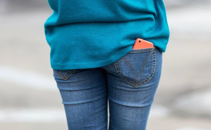 Để điện thoại ở túi quần sau