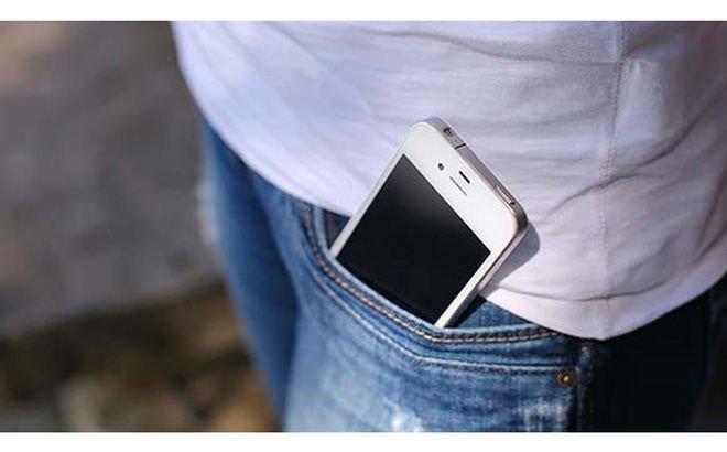 Việc làm này rất thường xảy raởcánh mày râu, vì không xài túi xách nên rất nhiều chàng tiện tay nhét điện thoại vào túi trước.