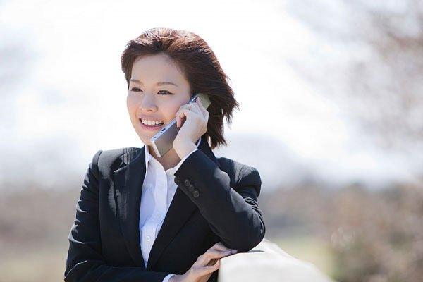 Khi nghe điện thoại, tốt nhất bạn không nên gần ngay với da mặt, bởi khi áp sát chúng lên mặt, vi khuẩn từmàn hình điện thoại sẽdi chuyển lên da và bức xạtừđiện thoại sẽảnh hưởng da mặt bạn. Tốt nhất, hãy đặt điện thoại cách mặt ít nhất 0,5 – 1,5cm.