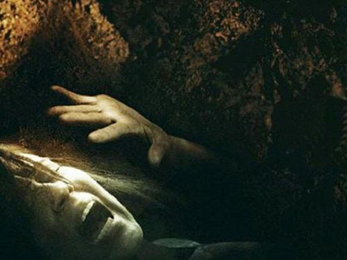 Khi bị chôn sống trong quan tài, điều trước tiên bạn cần nhớ là không được hoảng loạn, ha hét vì như thế sẽ làm tiêu tốn lượng oxy ít ỏi bên trong. (Ảnh minh họa)