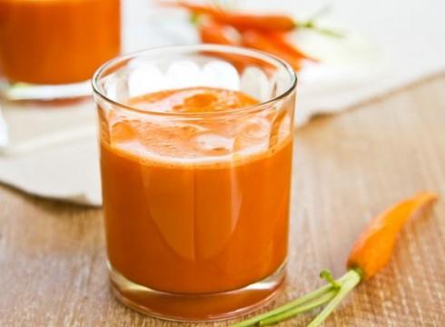 300ml nước ép cà rốt giữa bữa sáng và trưa.
