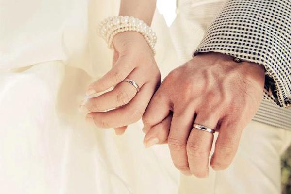 Đeo nhẫn cưới đúng cách để giữ lửa cho gia đình