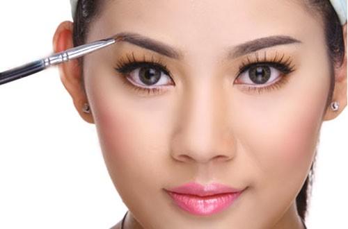 Biết cách khắc phục những khuyết điểm của lông mày, gương mặt bạn sẽ trở nên thanh tú hơn.