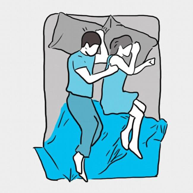 Hai vợ chồng nằm quay mặt vào nhau (người cao người thấp), ôm nhau.