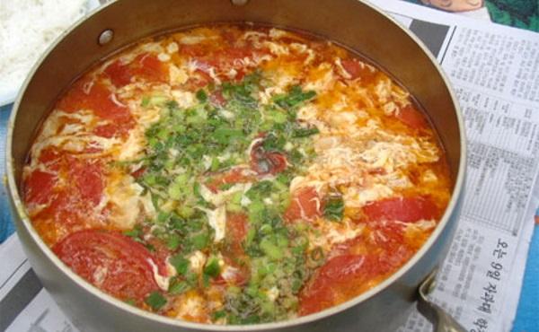 Canh cà chua trứng là món ăn rất tốt cho trẻ