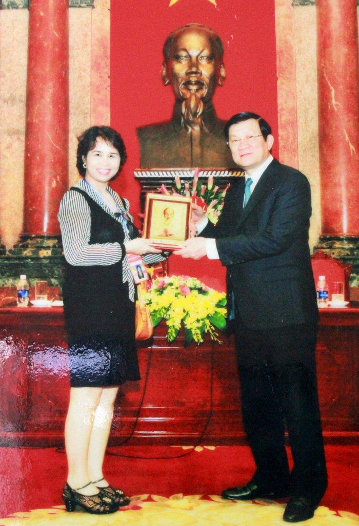 Lương y Nguyễn Quý Thanh được Chủ tịch nước Trương Tấn Sang tặng quà lưu niệm vì thành tích chữa bệnh cứu người