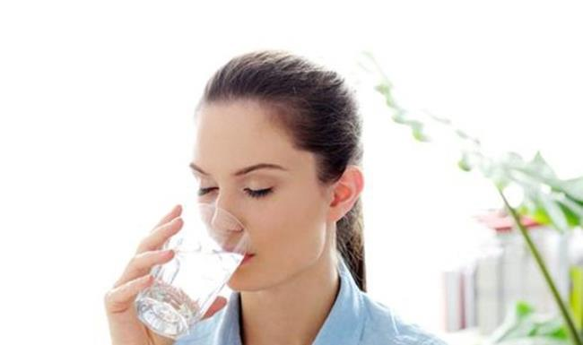 Sáng dậy hãy uống một cốc nước ấm (Ảnh: Internet)