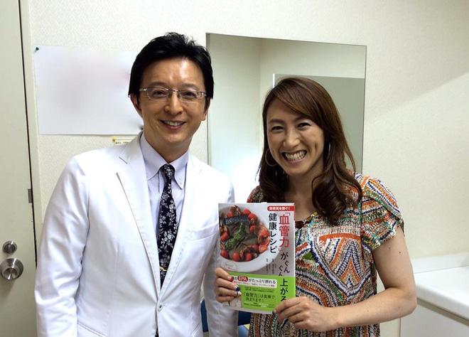 Bác sĩ Iketani Toshiro đang tặng sách về Sức khỏe Huyết quản cho một độc giả.
