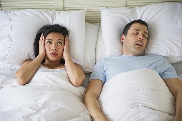Ngáy ngủ là căn bệnh gây khó chịu và mất ngủ cho người bạn đời.