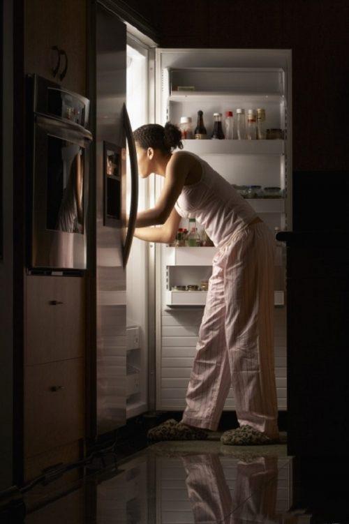 Ăn trước khi ngủ rất hại đến hệ tiêu hóa và giấc ngủ.