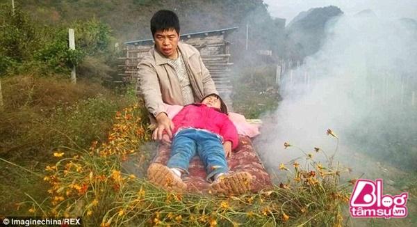 Hình ảnh người đàn ông đốt lửa thiêu sống con gái đã khiến nhiều người phẫn nộ