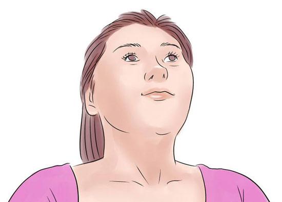 Chu môi, nhìn lên trần nhà và đưa lưỡi qua trái và phải (mỗi bên 5 lần). Hoặc bạn cũng có thể ngậm môi lại rồi nâng khóe miệng lên giống như đang cười mỉm. Lặp lại động tác 10 – 12 lần.