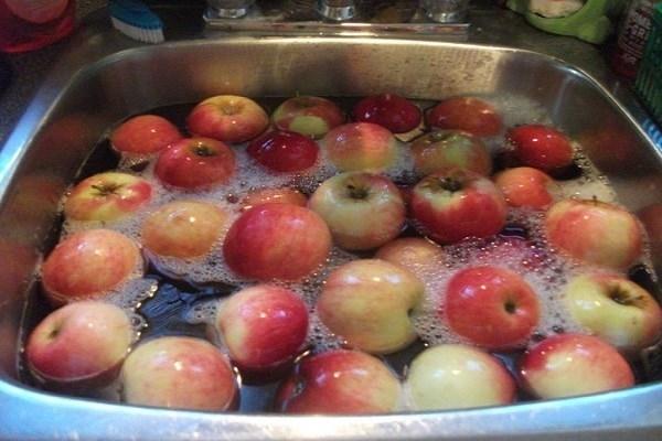 Ngâm táo trong dung dịch giấm loãng như thế này là đủ sạch rồi bạn nhé!