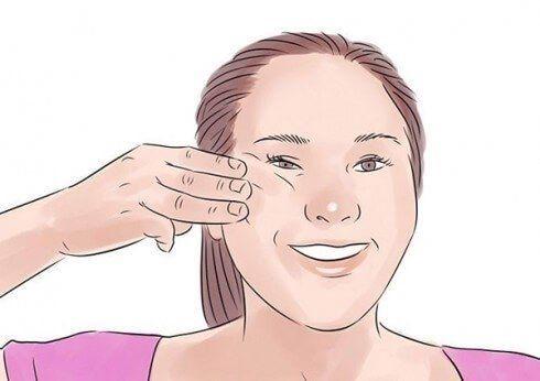 Đặt 3 ngón tay lên gò má bên trái, sau đó ấn nhẹ rồi cười tươi hết cỡ để đẩy gò má lên cao. Giữ nguyên động tác trong 5 giây rồi đổi bên (mỗi bên thực hiện 3 lần).