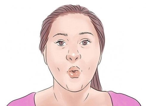Cố gắng hít vào thật sâu, sau đó chu môi lại rồi thở ra nhẹ nhàng. Thực hiện động tác liên tục trong 30 giây các cơ quanh miệng của bạn sẽ được co giãn.