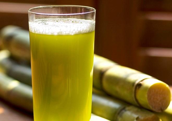 Để chữa viêm dạ dày mạn tính, sử dụng nước mía và rượu nho