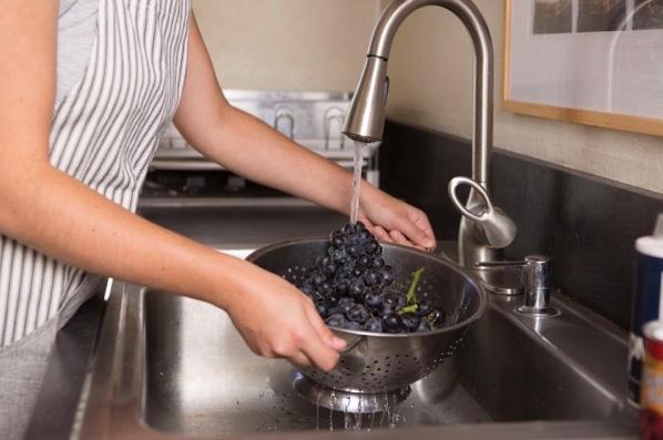 Rửa nho thì xả xuôi theo chiều nước chảy.