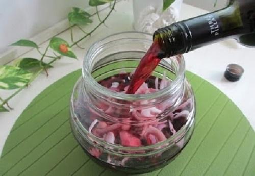 Đổ rượu vào, trộn theo tỷ lệ: 2 củ hành tây ngâm với 500ml rượu vang đỏ.