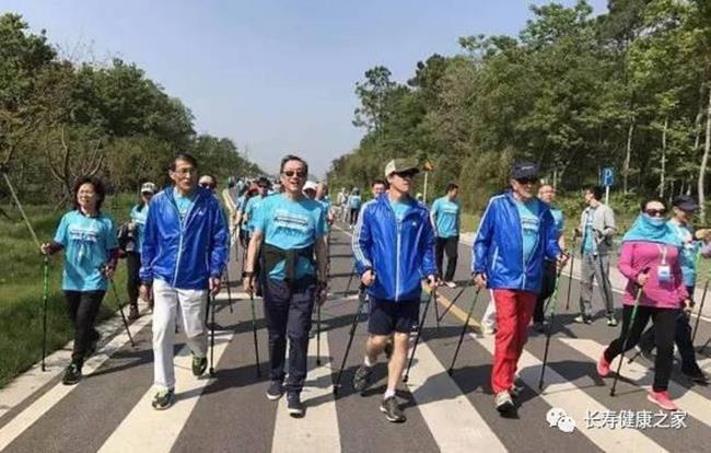 Giáo sư Nhất (thứ 3 từ trái sang) đi leo núi cùng bạn bè.