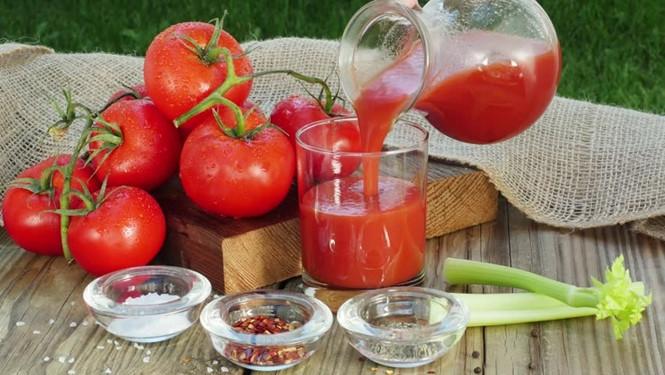 Phơi nắng cà chua là cách giúp chúng sạch đơn giản nhất.