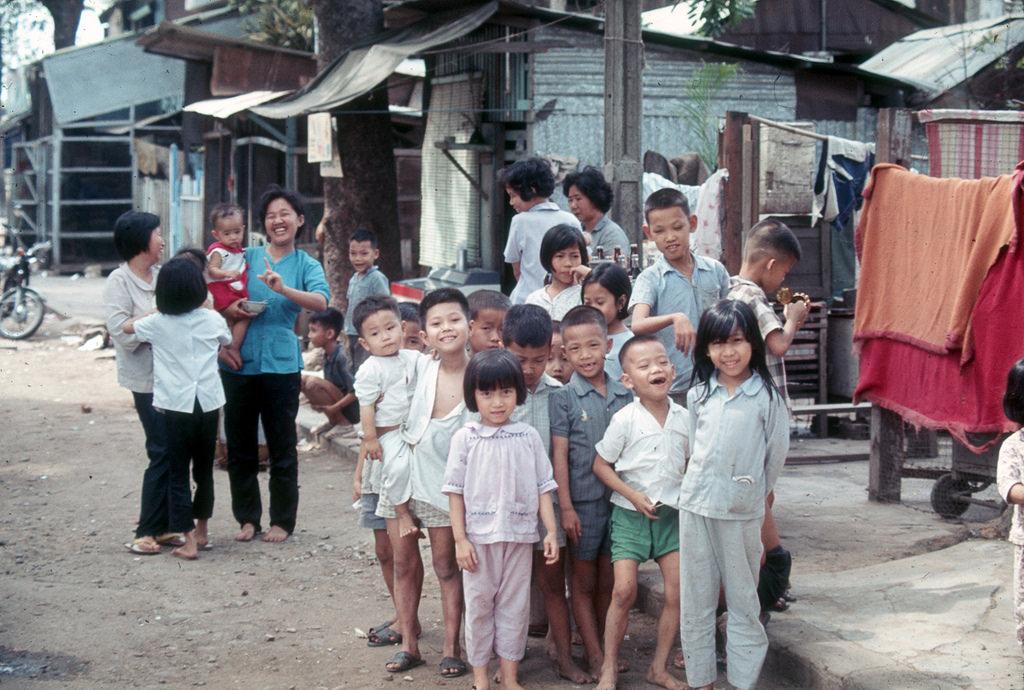 Ngày xưa, hàng xóm như anh em, láng giềng như bằng hữu, người không thân thích vẫn thường hay qua lại với nhau. Ảnh vovinamus.com