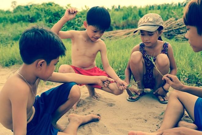 Ngày xưa, lũ trẻ con nô đùa chạy nhảy ngoài đường sá thật là náo nhiệt. Ảnh Internet