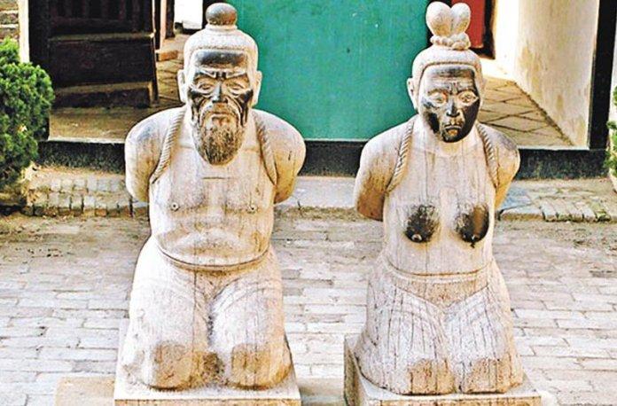 Tần Cối sau khi bị kết tội danh tàn sát người anh hùng Nhạc Phi thì ngàn năm bị thế nhân phỉ báng, sỉ nhục. (Ảnh: Apple Daily)