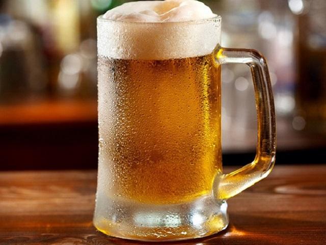 Đồ uống có ga như bia không nên bảo quản trong ngăn đá tủ lạnh (Hình ảnh minh họa)