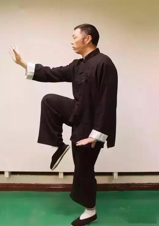 Chuyên gia khí công, võ sư Trình Thiên Ký thực hiện động tác mẫu và giới thiệu về những tác dụng tuyệt vời của động tác đứng một chân.