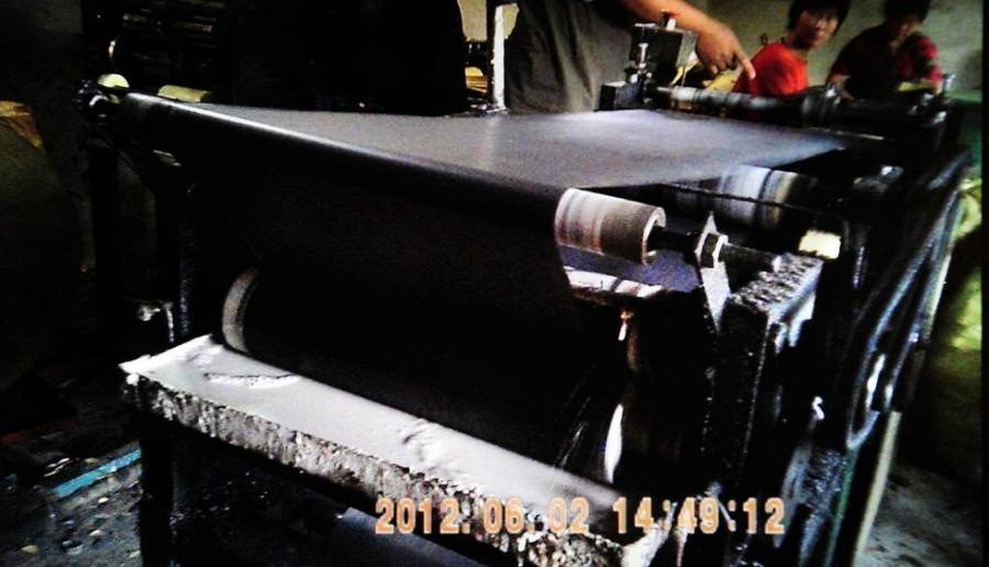 Máy cán vỏ túi tẩm thuốc trừ sâu dùng để bọc trái cây non.