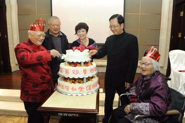 Giáo sư Nhân (bên trái) trong bữa tiệc kỷ niệm vinh danh người tròn 65 năm liên tục cống hiến cho sự nghiệp y học.